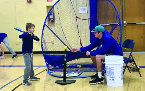Baseball team teaches young players in clinic