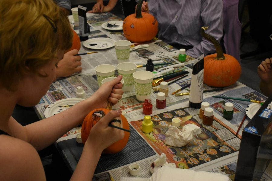 Students+paint+pumpkins+with+members+from+the+Entrepreneurs+Club.+