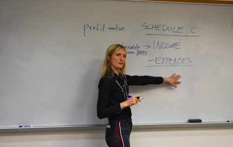 Speaker helps creative entrepreneurs file taxes