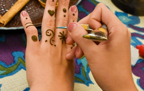 Henna class teaches students age-old art